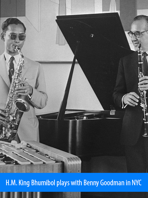 H.M. King Bhumibol plays with Benny Goodman in New York City. Photo shows the King playing saxophone while Benny Goodman plays clarinet in the bandleader's New York Apartment in 1960.